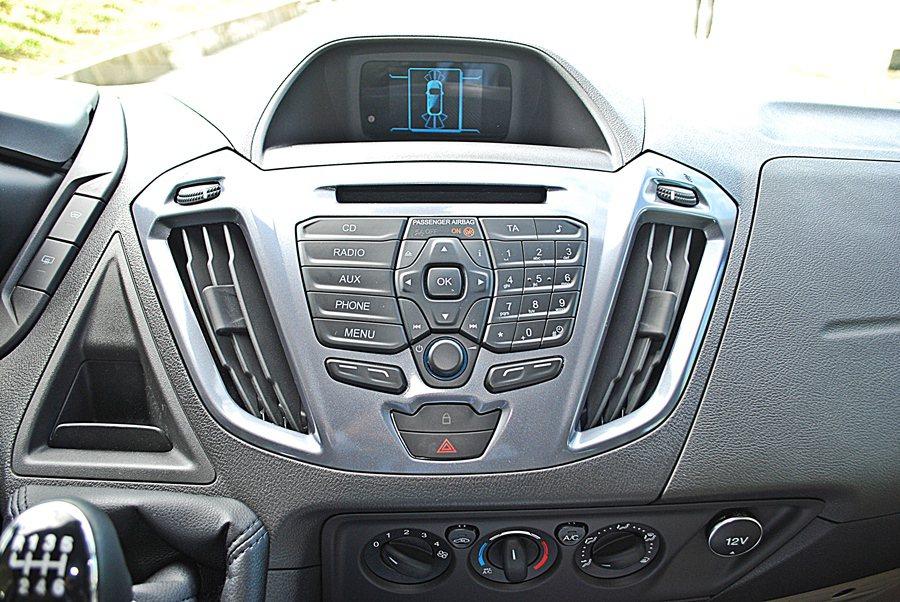 中控台備有最基本的娛樂功能,附有AUX-IN與USB插槽,同時全車系標配藍牙無線。但豪華車型才配有CD主機和SYNC多媒體系統。 記者趙惠群/攝影