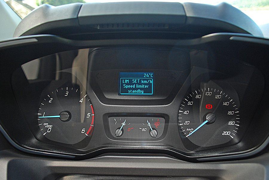 儀表採雙環式配置,整個界面簡約清爽好讀取,中央上方有SYNC、平均油耗和行駛里程等必要行車數據資訊的多功能顯示螢幕,下方則有油量與水溫表。 記者趙惠群/攝影