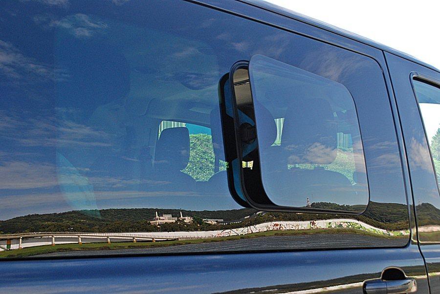後座車窗還是比擬遊艇的蝴蝶式車窗設計。 記者趙惠群/攝影