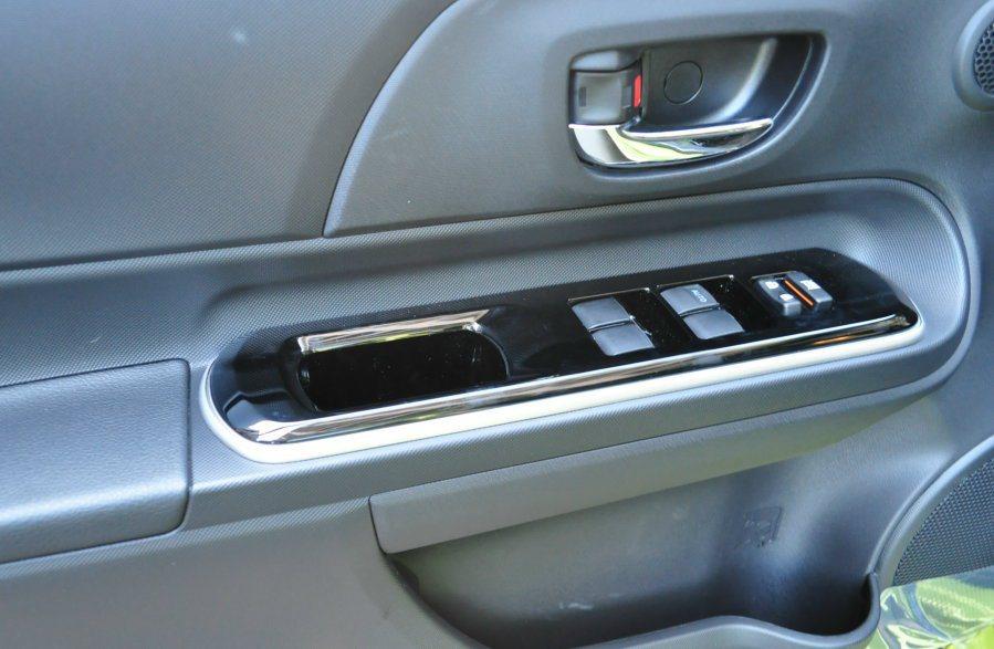 車門扶手也壓上鋼琴烤漆飾板。 記者許信文/攝影