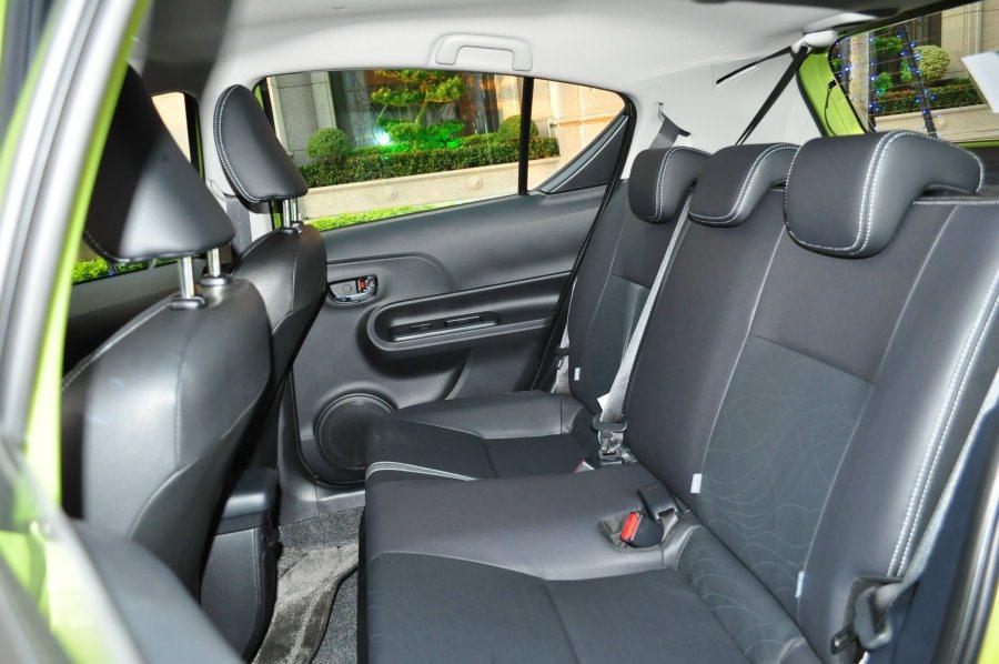 後座空間則是從椅墊預留凹槽,及車頂內縮方式爭取上下空間及視覺感。 記者許信文/攝影