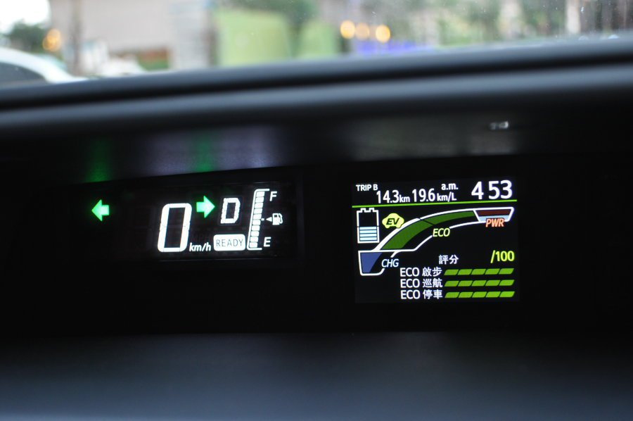 偏置中的行車儀表,右側3.5吋TFT螢幕呈現駕駛的節能記錄成績,同時可透過此監控油電動力轉換。 記者許信文/攝影
