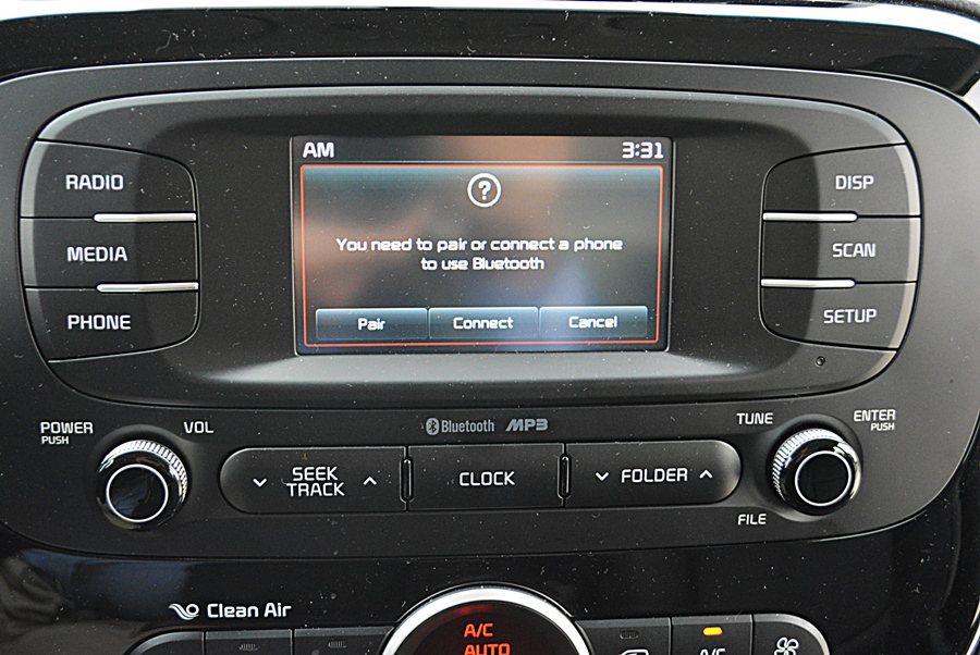 中控台中央是4.3吋高解析度觸控螢幕,內建整合廣播、藍牙無線通訊與娛樂和行車電腦等功能的多媒體系統。另支援MP3、USB、AUX-IN與倒車顯影,數位娛樂功能齊備。 記者趙惠群/攝影