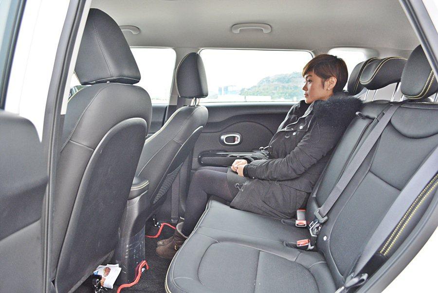 2,570mm的軸距,讓前後座都有寬敞的腿部空間,而特別挑高的車頂,讓頭部了無壓迫感。 記者趙惠群/攝影