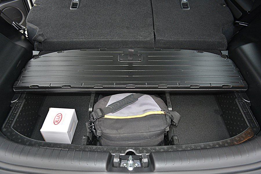 行李箱下層也有置物盒,有分格收納功能。 記者趙惠群/攝影