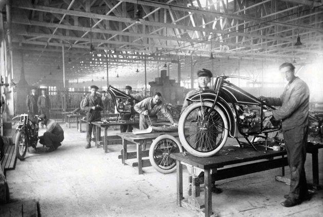 1923年工廠生產中的R32。 BMW