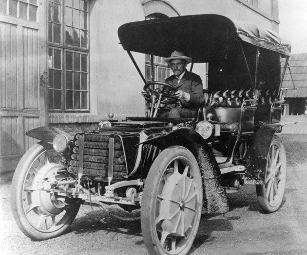費迪南保時捷曾設計世界第一款油電複合動力車。 Volkswagen