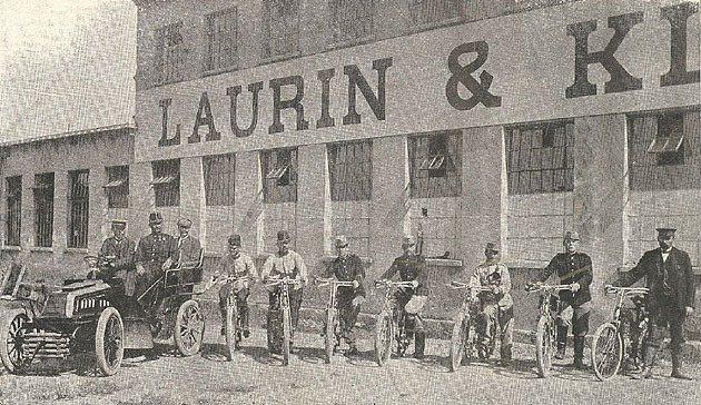 1905年斯洛維亞軍方接收廠方交付的摩托車。 Skoda