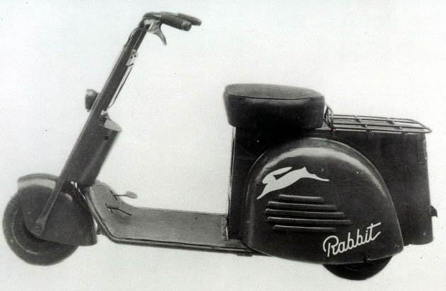 1946年Fuji Sangyo停止生產飛機而改造機車推出首部Rabbit機車原...