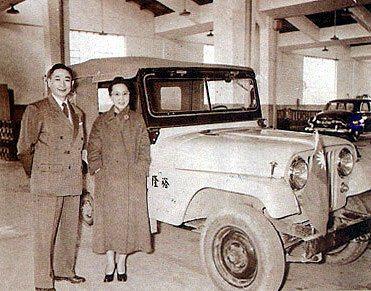 1949年嚴慶齡與吳舜文在自主生產的吉普車前留影。 圖/Luxgen