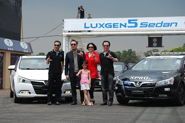 Luxgen5 Sedan上市之初,嚴凱泰與妻女一起到賽車場為新車證言。 趙惠群