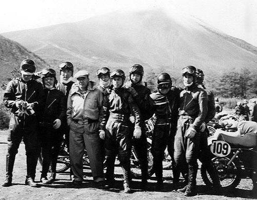 本田宗一郎酷愛賽車,早年親自督軍參加機車大賽,圖為他與車手合影;左起第四人即本田...