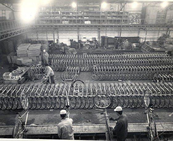就如同大多數汽車公司的崛起,KIA也是以製造二輪自行車起家,尤其是在二戰結束後百業凋零,一切有待振興的的年代,自行車自是重建所必需。 KIA提供