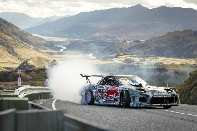 Mad Mike開著Mazda RX-7狂奔,在山道上可看到陣陣白煙。 Red ...