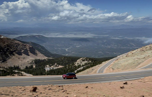 Pikes Peak賽道彎道處多達156個。 Land Rover