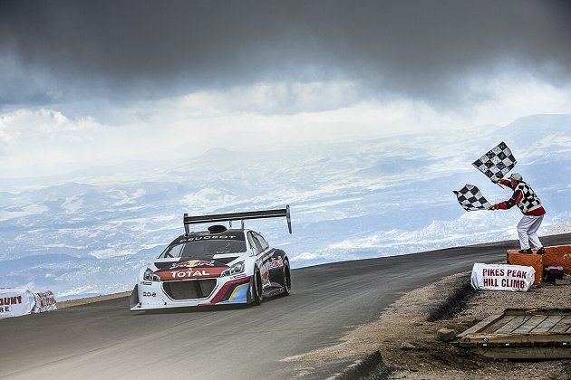 Sebastien Loeb駕駛208 T16 Pikes Peak,贏得無限組...