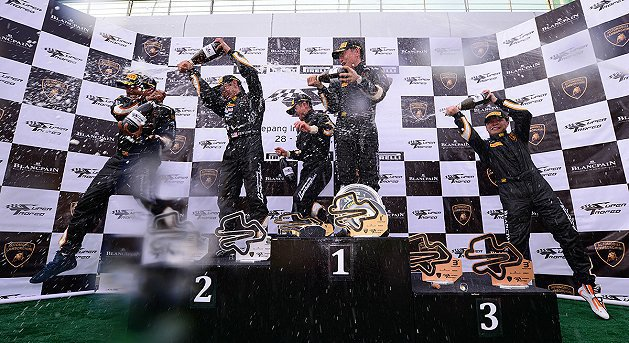 獲獎車手為勝利慶祝。 Lamborghini