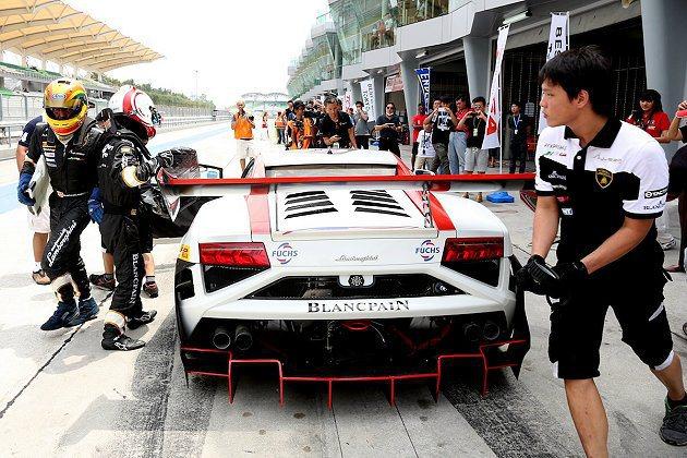 參賽車手於Pit Stop進行車手交換。 Lamborghini