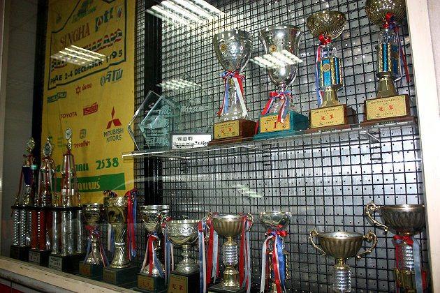 法總公司的玻璃櫥窗擺滿盧政義的賽車獎盃。 林和謙