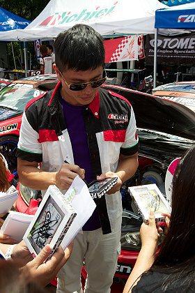 在日本比賽,車迷找阿稚簽名。 馮仁稚提供