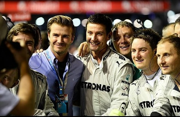 足球明星David Beckham(左二)現身,車隊人員爭相與他合照。 F1提供