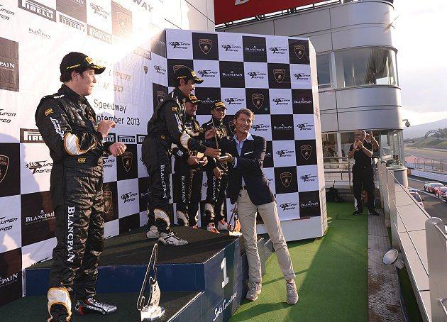 Lamborghini總裁兼CEO Stephan Winkelmann(右)先生與頒獎台車手。 Lamborghini提供
