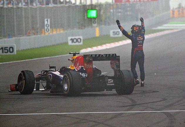 拿下世界冠軍的Vettel「繞圈燒胎」,並向車迷致意。 F1提供