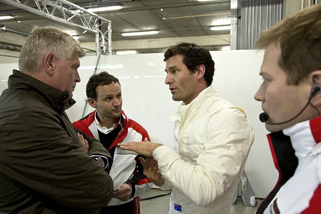 Mark Webber(右二)與保時捷車隊主管、人員討論賽車與試車事宜。 保時捷...