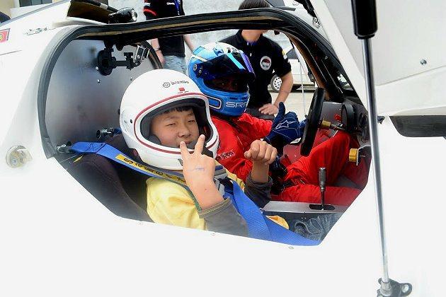 屏東伯大尼之家的小朋友坐上賽車非常開心。 Saker提供