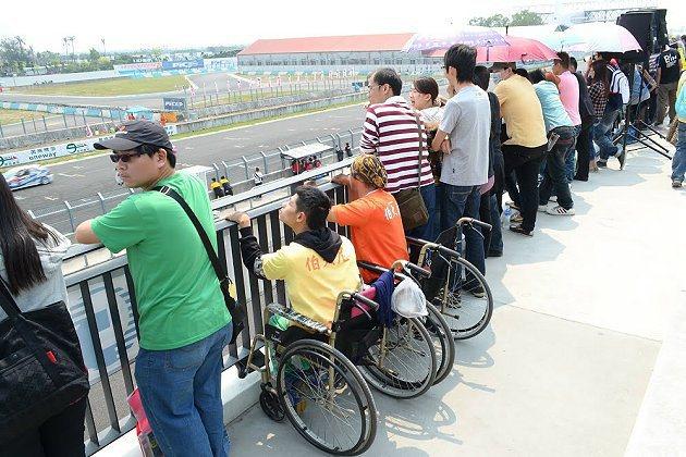 坐著輪椅的朋友手攀著欄杆,想更清楚看到比賽。 Saker提供
