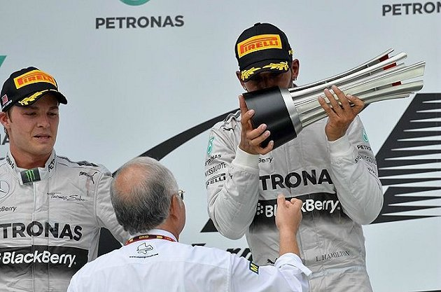 賓士車隊包辦冠亞軍,右為冠軍Lewis Hamilton,左是Nico Rosberg。 F1官網