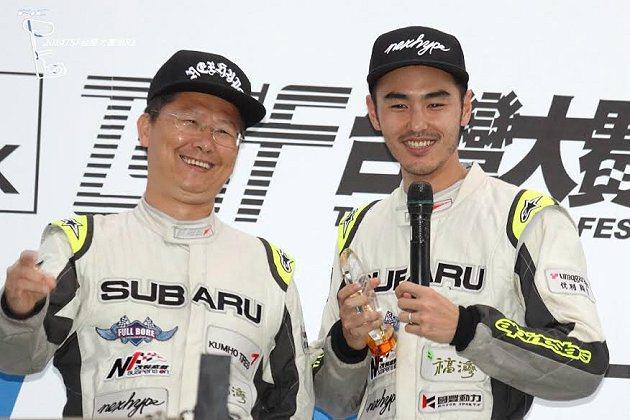 車手盧政義(左)和阮經天搭檔駕駛Subaru BRZ跑車,參加超級房車賽50分鐘耐久賽勇奪分組冠軍。 Subaru提供