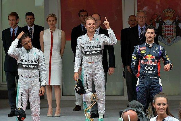 賽後頒獎時,Hamilton(左一)明顯感覺不悅。 F1官網