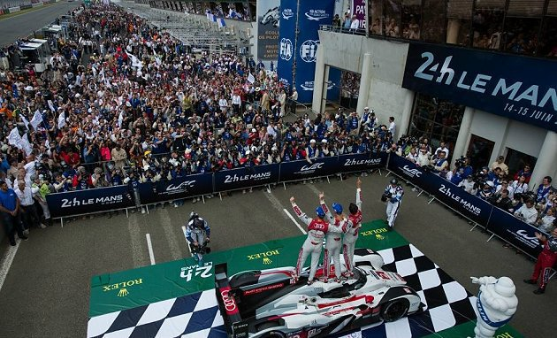冠軍隊伍接受車迷歡呼。 Le Mans官方提供