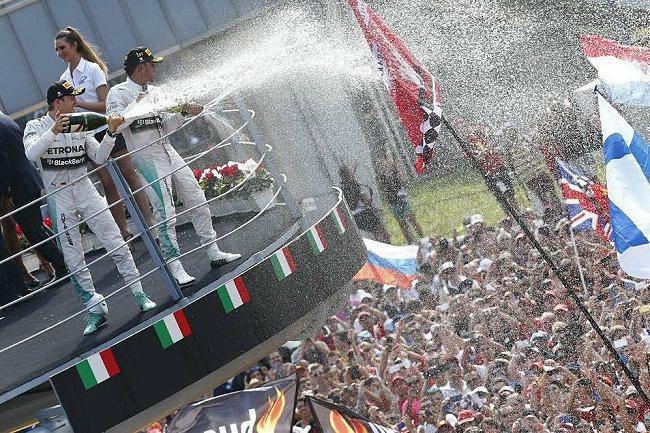 Lewis Hamilton(右)摘冠,Rosberg取得亞軍。 賓士車隊提供