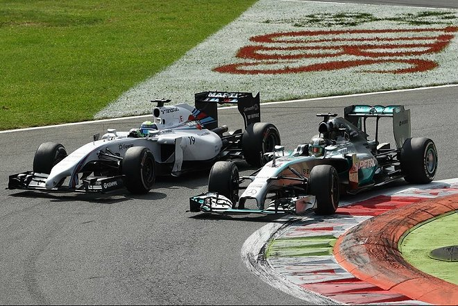 Rosberg在彎道兩次發生失誤,讓Hamilton可以趁機超越奪下領先位置。 F1官方