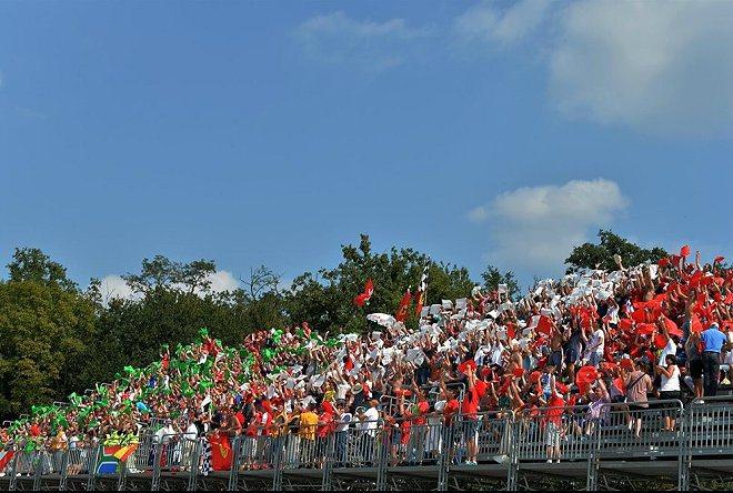 Monza賽道熱情的車迷。 F1官方
