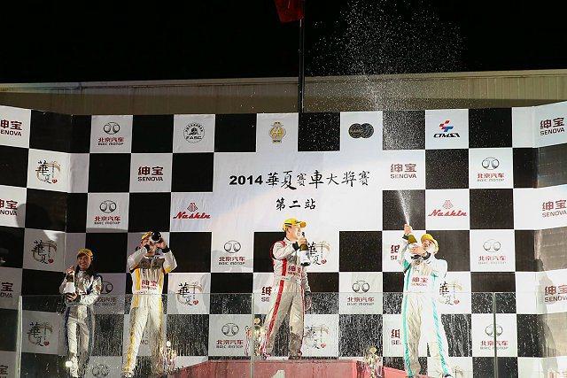 左起依序為最速女車手台灣CTMSA車隊沈佳穎,亞軍香港HKAA車隊盧思豪,冠軍中國FASC車隊陳旭,季軍澳門AMCC車隊宋志偉。 台灣CTMSA代表隊提供