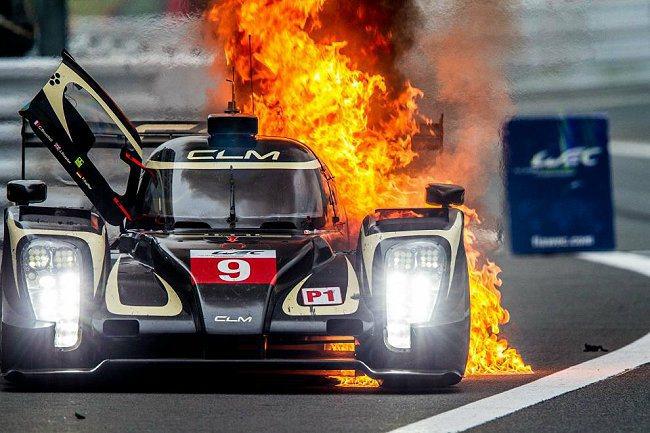 比賽過程中LOTUS車隊發生火燒車。 Audi提供