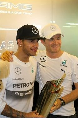 Nico_Rosberg(右)向Hamilton恭喜。 F1官方