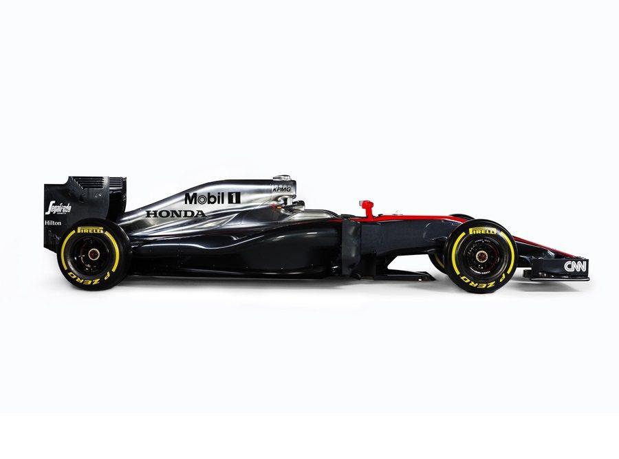 側邊進氣孔明顯增大,空力套件也較去年樣式複雜;外觀則以亮面銀色與黑色塗裝,搭配紅色線條烤,使外觀相較過去更搶眼。 McLaren Honda提供