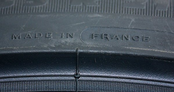 輪胎上產地標示,「MADE IN FRANCE」。 林和謙