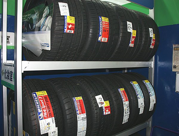 新輪胎的保存環境很重要,最好以專用輪胎放置架置放輪胎,不要以推疊方式存放。 林和...