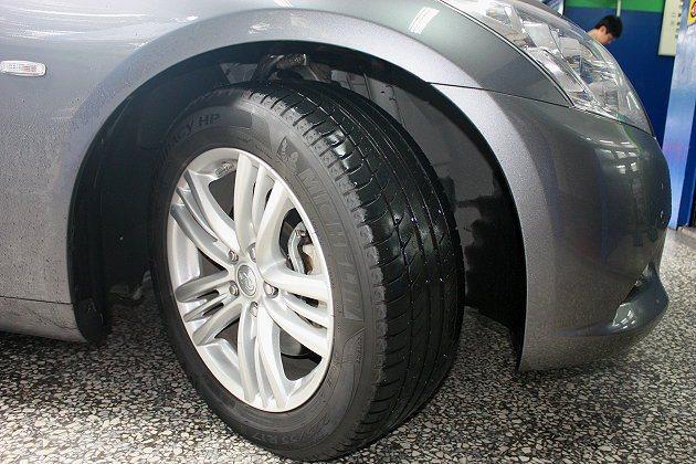 車主自己檢查輪胎有無撞擊鼓包或不正常磨損時,將方向盤向右打,一來較為安全,也可以...