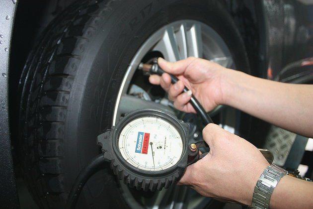 不管是到保養廠或自己測胎壓,用法都是將胎壓計的打氣頭插入輪胎氣嘴,就可進行檢測。...