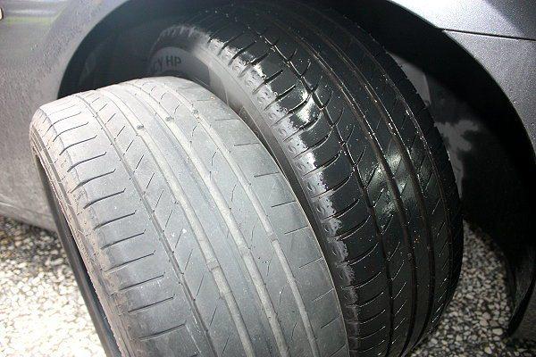 方向盤右打,目測檢視輪胎磨損情形。 林和謙