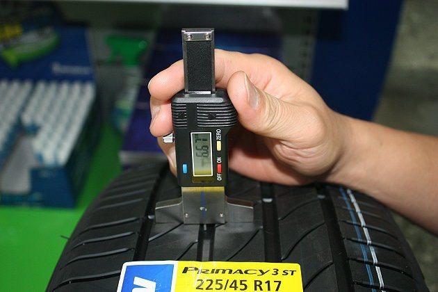 到保養場檢修時,專業人員以專業的測量工具,檢測輪胎溝深。 林和謙