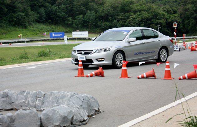 Primacy 3 ST在乾地站進行急變換車道測試。 林和謙