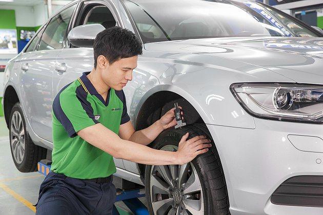 面對天雨路滑的路況時,輪胎的胎面花紋與溝深可說是至關重要,因此上路前切記檢查胎面溝深,確保輪胎排水性和抓地力維持最佳狀況。 MICHELIN