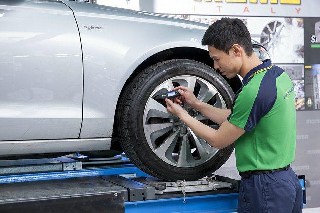 為愛車測量胎壓是日常輪胎檢查最重要的基本步驟,胎壓正常才能維持行駛過程中車輛的穩定和安全性。 MICHELIN